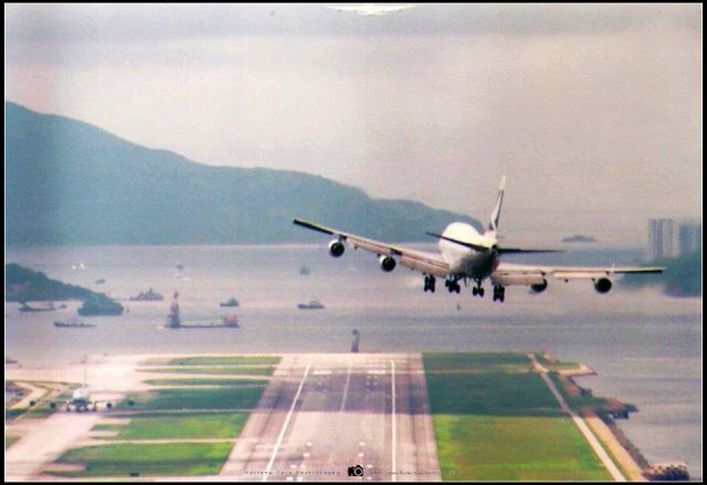 1/ 國泰航機飛過九龍城密集的唐樓,前方的控制塔仍可見。攝於九龍城新山道行人天橋。  2/ 擠滿人的啓德機場停車場大厦(已拆卸)。  3/ 維珍航空客機降落啓德跑道前。  4/ 飛機降落啓德跑道前,攝於龍翔道觀景台。  5/ 國泰航空客機降落啓德跑道前。  6/ 飛機降落時飛過香港國際機場富豪酒店,就有些舊啟德機場的回味感覺。  7/ 飛機在九龍城上空飛過,地面樓宇近在迟尺。攝於賈炳達道九龍城廣場對面。  啓德的幾張攝於1997年搬機場前,當年和朋友,家人去追飛機,拍得開心,情景仍歷歷在目。而新機場那張已